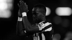 كرة القدم حزينة بعد بوفاة لاعب نيوكاسل الشاب