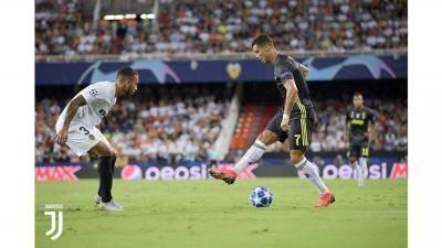 دموع كريستيانو رونالدو تغرق الملعب بعد طرده