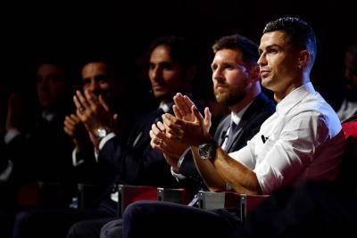 هل يلعب رونالدو بجوار ميسي في برشلونة؟