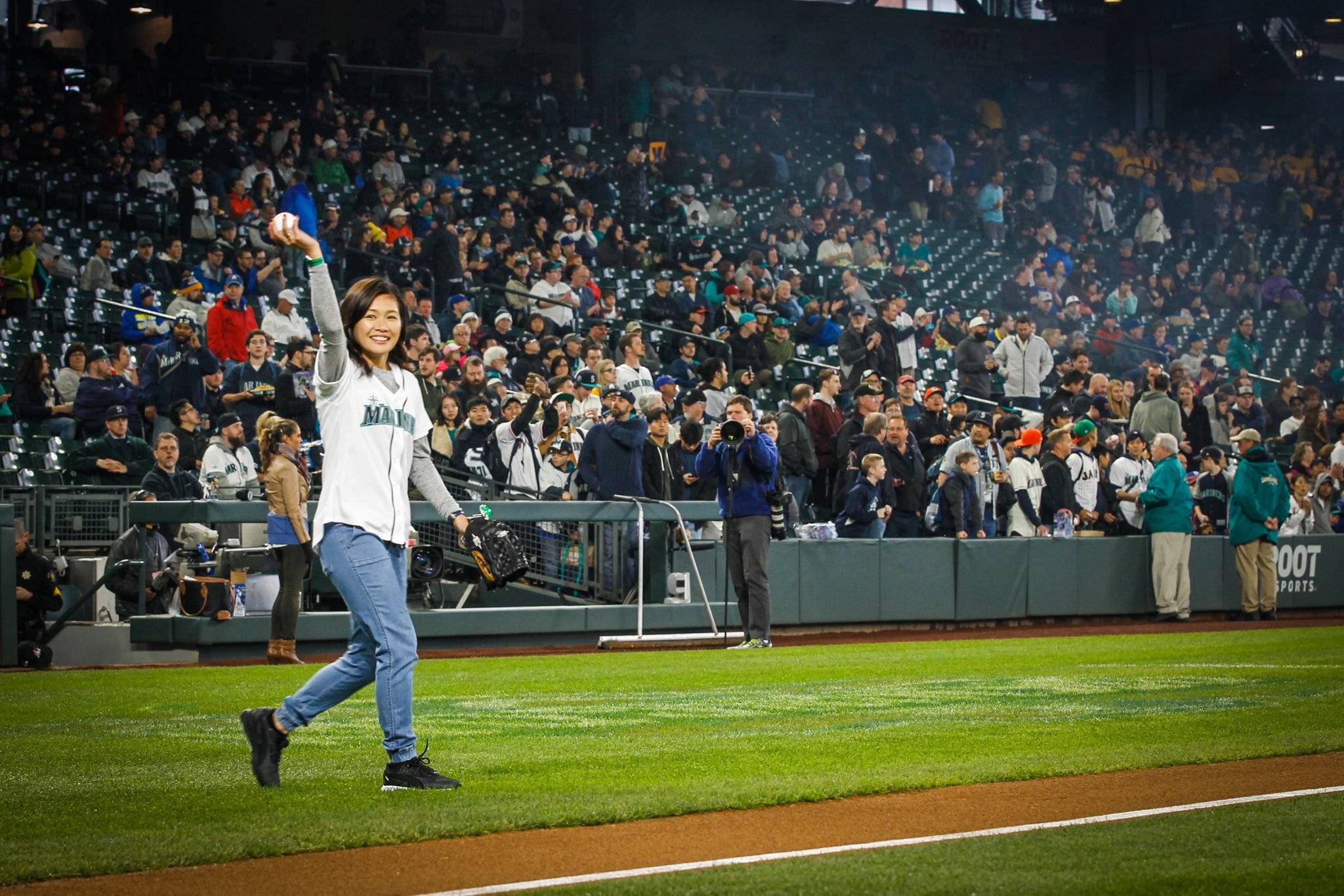 VIDEO: Reign striker Kawasumi throws first pitch at Mariners game