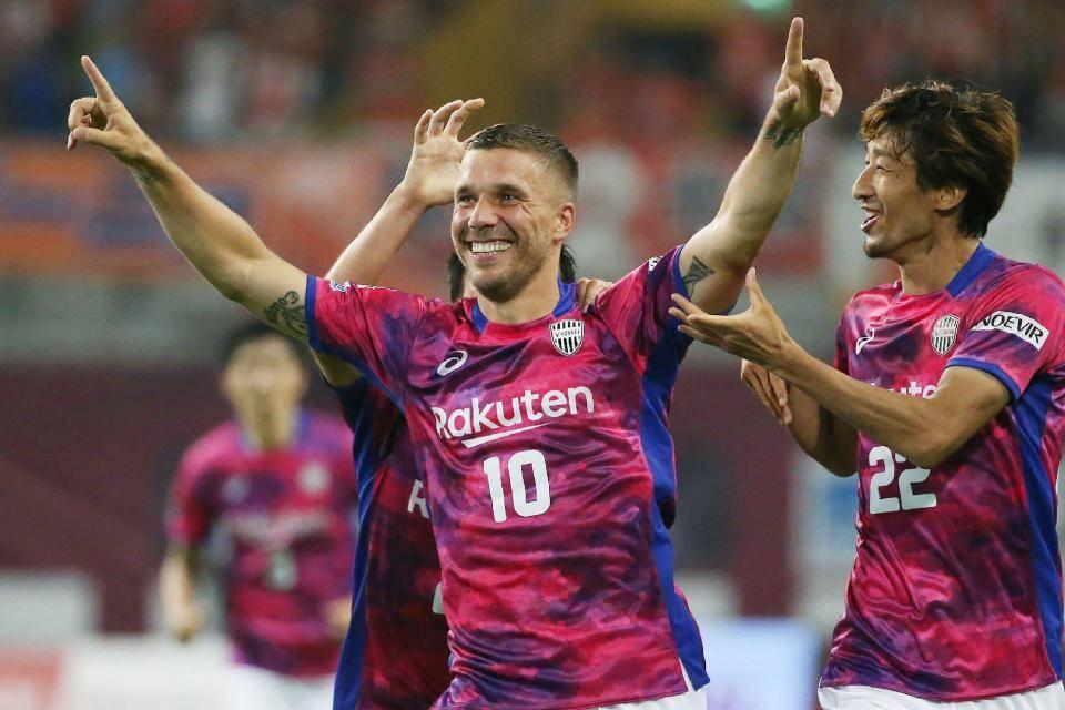 Podolski scores twice in J1 League debut to earn Vissel Kobe an important win