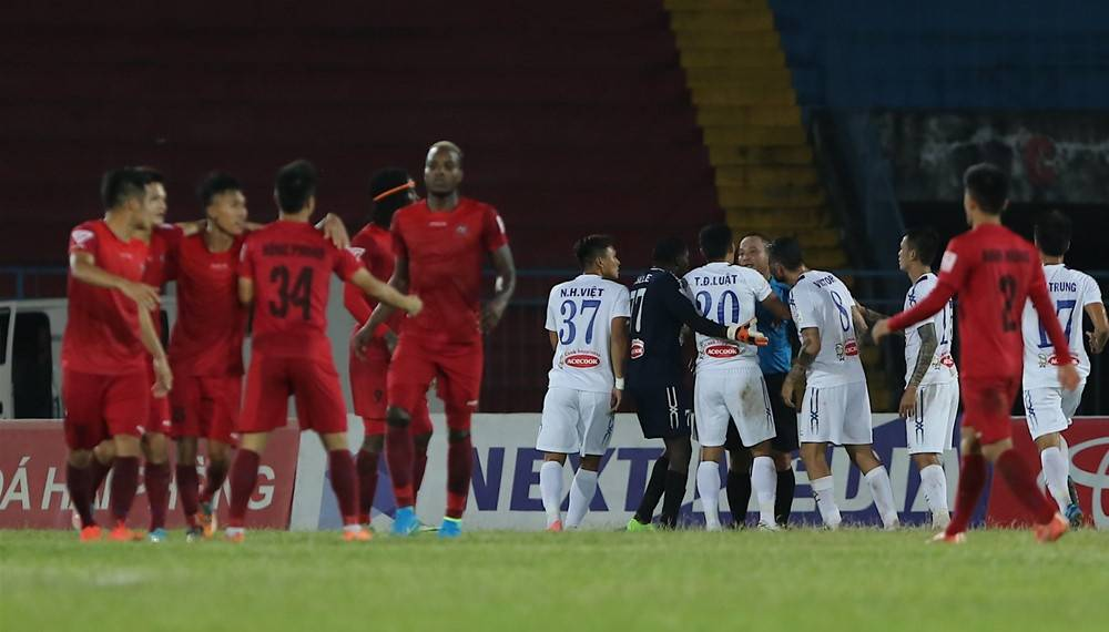 VIDEO: V.League side score while opponents arguing with referee