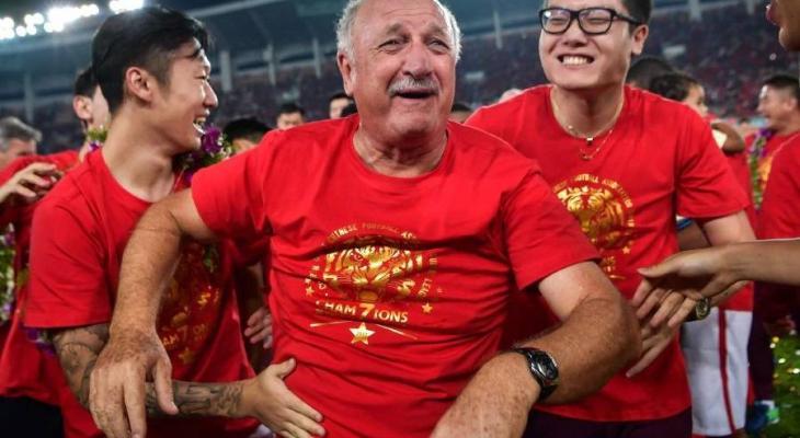 Guangzhou Evergrande players and staffs hail Scolari following Chinese Super League title