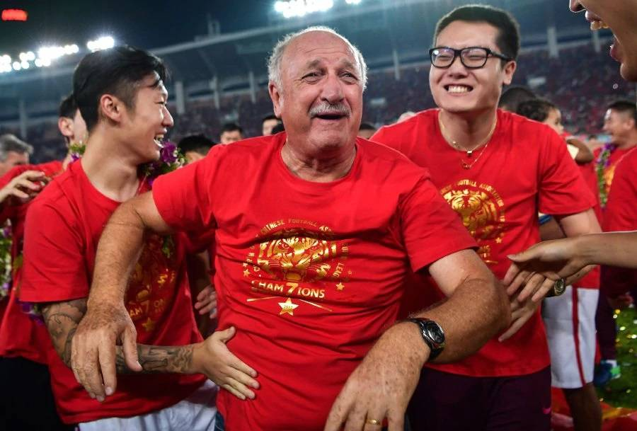 Guangzhou Evergrande players and staffs hail Scolari following Chinese Super League title