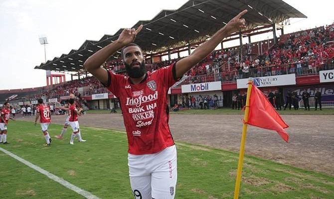 Sylvano Comvalius signs two-year contract with Suphanburi