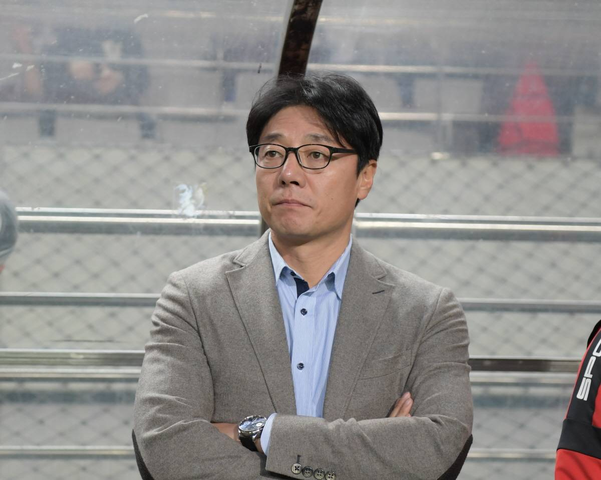 FC Seoul's Hwang Sun-hong in an apologetic manner despite victory