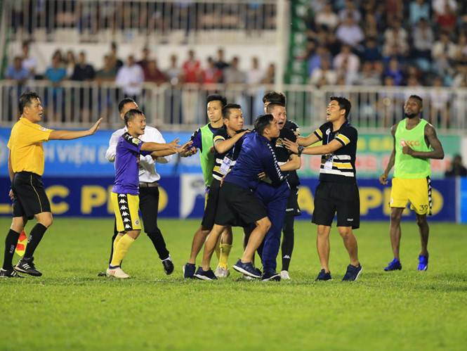 Hanoi FC coach Chu Dinh Nghiem apologizes for sparking mass brawl against Hoang Anh Gia Lai