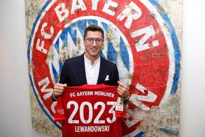 Robert Lewandowski Extends Stay at Bayern Munich