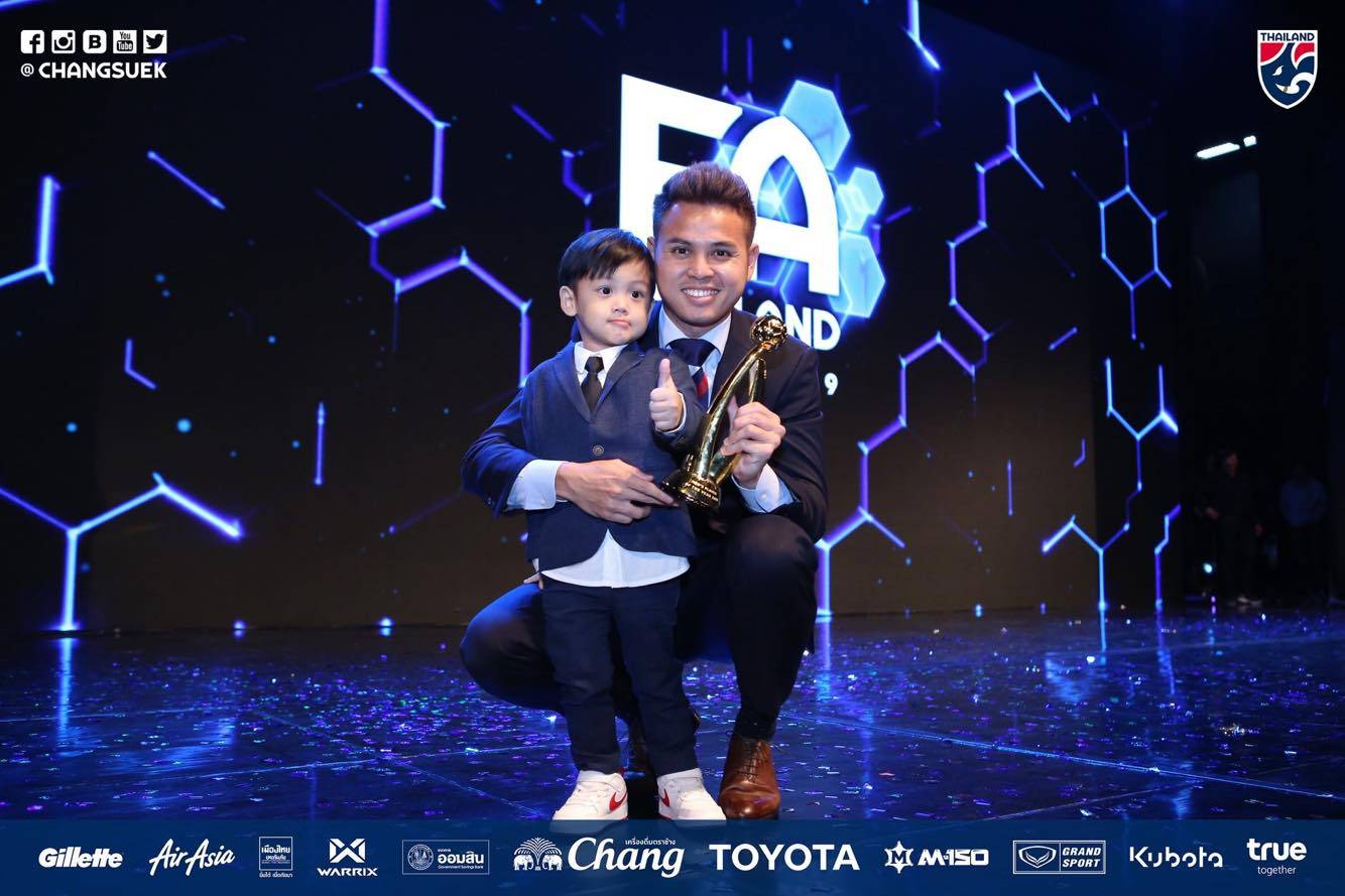 Theerathon Bunmathan Awarded Thai Player of the Year, Intends to Continue in Japan