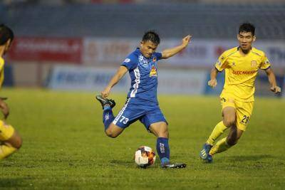 10-Man Quang Nam Earn Relegation Lifeline with Nam Dinh Win