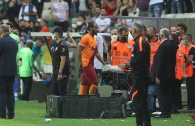Galatasaray Player Sent Off for Fighting Teammate on Pitch