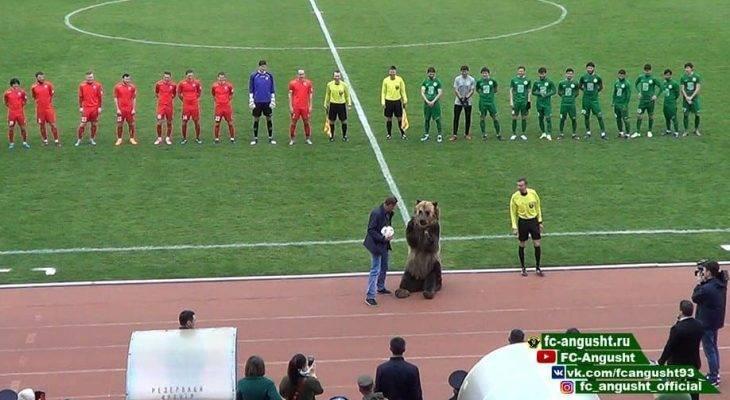 Pertandingan Sepak Bola Kasta Ketiga Liga Rusia Gunakan Beruang Sebagai Maskot Pembuka Laga