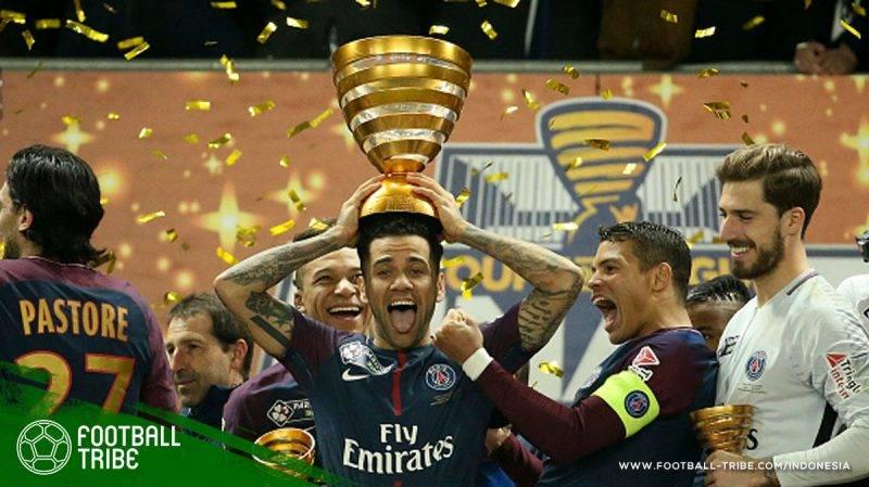 Alves dengan bermandikan trofi juara