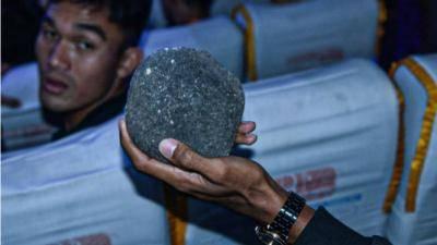 Dan Terjadi Lagi, Lemparan Batu yang Terulang Kembali