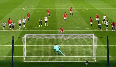 """Sering """"Gesek Voucher Penalti"""", Apakah Gol-gol MU Haram?"""