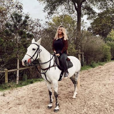 Wanda Nara Foto Tanpa Busana Naik Kuda, Netizen Berapi-api