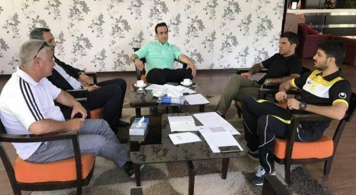 مربی نفت تهران: علی کریمی تیم را به بازی با پرسپولیس میرساند