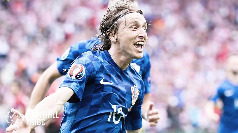 モドリッチ、クロアチア代表通算100試合出場達成。記念ユニフォームが贈られる