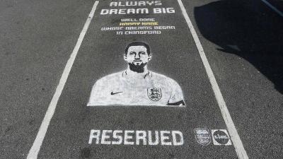 イングランド代表を称える様々な方法。スーパーが選手専用駐車場を提供