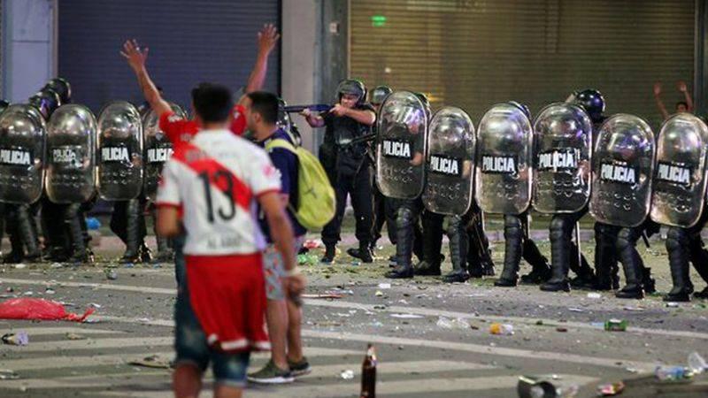 国外開催にしてもダメか…リーベルサポが暴徒化し警官隊と衝突