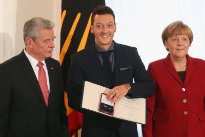 메르켈 독일 총리가 외질의 은퇴 결정을 존중하겠다 밝힌 이유는?