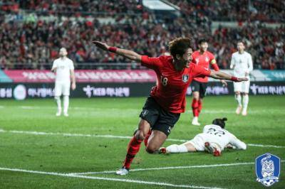 황의조, 우루과이 상대로 3년 만에 A매치 득점… 대표팀은 2:1 역전승