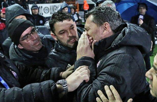 Perlawanan liga Greece terpaksa dihentikan selepas pengurus pasukan lawan terkena gulungan tisu