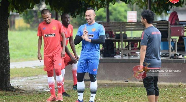 Rakan dan lawan ucapkan selamat berjaya kepada Khairul Fahmi Che Mat