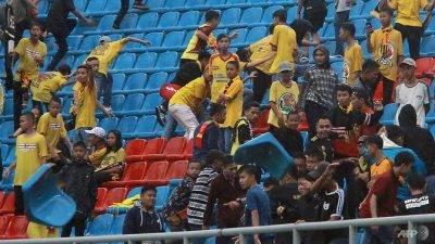 Kecewa dengan kekalahan, peminat Indonesia baling kerusi ke tengah padang