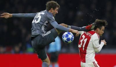 Mueller Mintak Maaf Aksi Kung Fu Kepala Pertahanan Ajax