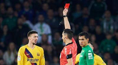 [VIDEO] Referee rested after Barcelona controversial win