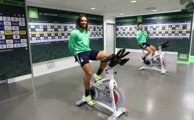 [VIDEO] Wolfsburg resume training at stadium despite COVID-19 outbreak