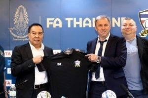 """OFFICIAL: สมาคมฟุตบอลเปิดตัว """"ราเยวัช"""" นั่งแท่นกุนซือช้างศึกอย่างเป็นทางการ"""