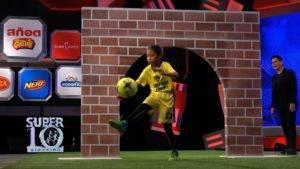 หล่นใต้ต้น! ลูกสาวมานิตย์โชว์สกิลฟุตบอลในซูเปอร์เท็น (มีคลิป)