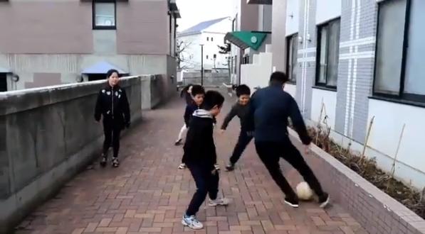 ขวัญใจเด็กฮอกไกโด! ชมมุมน่ารัก ชนาคุง เล่นบอลกับหนูน้อย 5 คน (มีคลิป)
