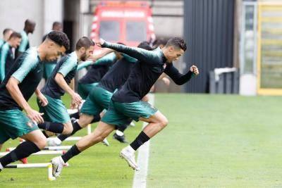 พี่โด้นำเอง! ชมเบื่องหลังโฟโต้ชู้ตทีมโปรตุเกสก่อนลุย ยูฟ่า เนชั่นส์ลีก รอบรองชนะเลิศ (มีคลิป)
