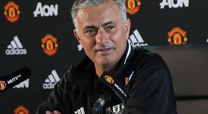 """HLV Mourinho khuyên CĐV """"bao vây"""" nhà Ibra"""