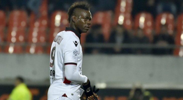 """Mario Balotelli bị thẻ đỏ do """"lăng mạ"""" trọng tài"""