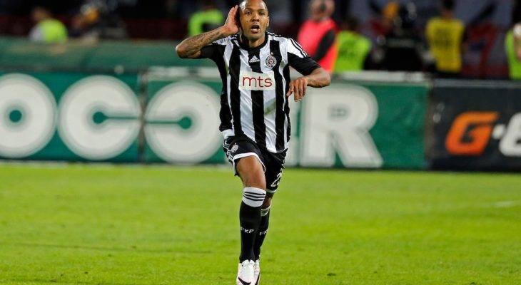 Cầu thủ khóc lóc rời sân vì bị phân biệt chủng tộc tại Serbia