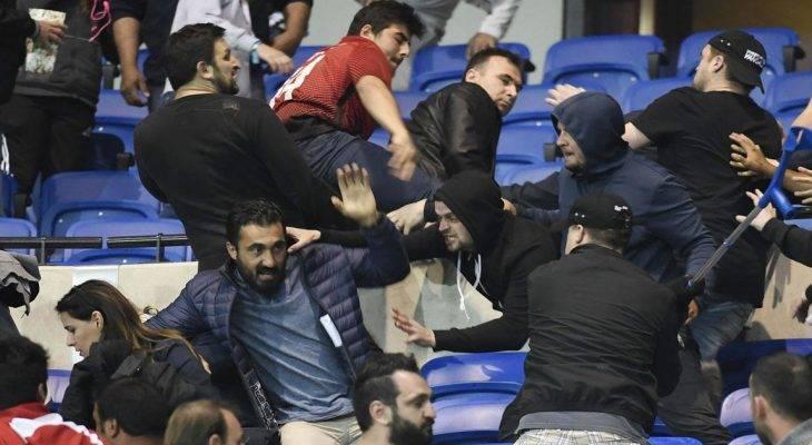 Cổ động viên và cảnh sát đụng độ, trận chung kết cúp quốc gia Hy Lạp bị trì hoãn