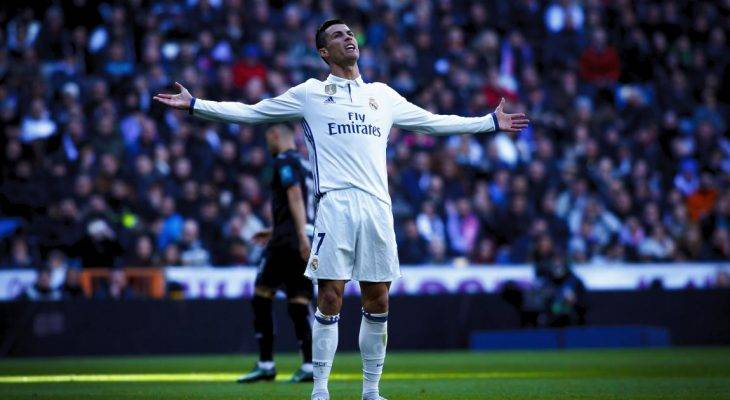 Ronaldo bán quả bóng vàng làm từ thiện