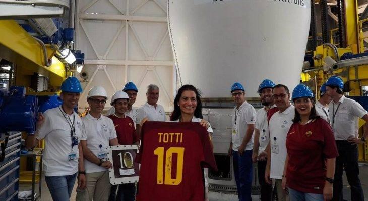 Bản tin tối 2/8: Áo đấu cuối cùng của Totti được mang… lên trời