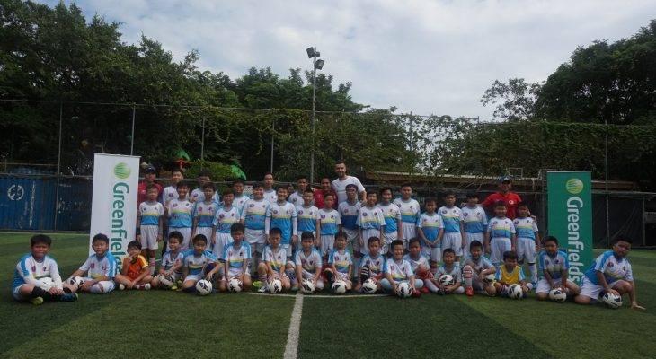 Van Bakel tham gia dạy bóng đá cho các em nhỏ ở TPHCM
