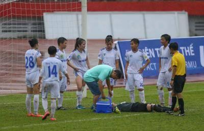 Nữ thủ môn của TNG Thái Nguyên đi cấp cứu khẩn cấp giữa trận đấu