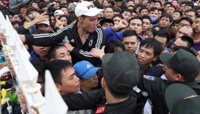 Không đặt được vé bán kết AFF Cup, hàng trăm người vây trụ sở VFF